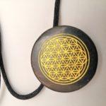 Šungit medaljon sa zlatnom gravurom simbola